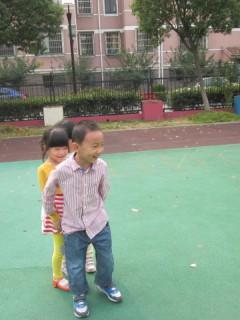 幼儿园大班民间体育游戏——贴膏药